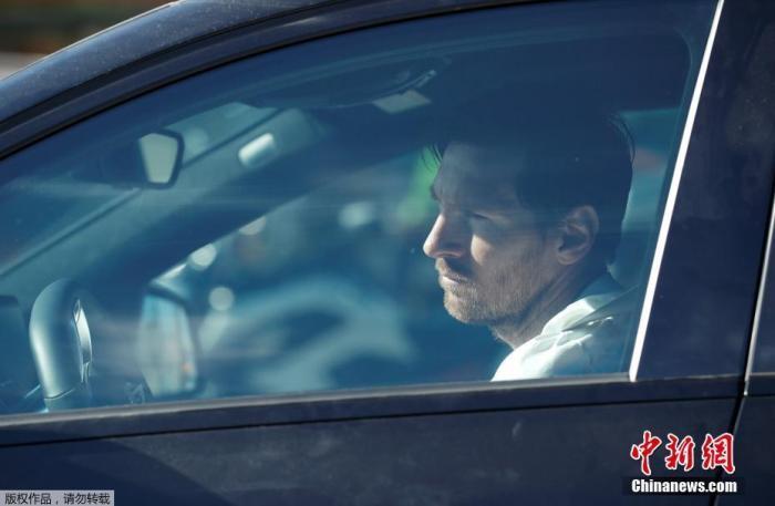 图为梅西驾车归队。