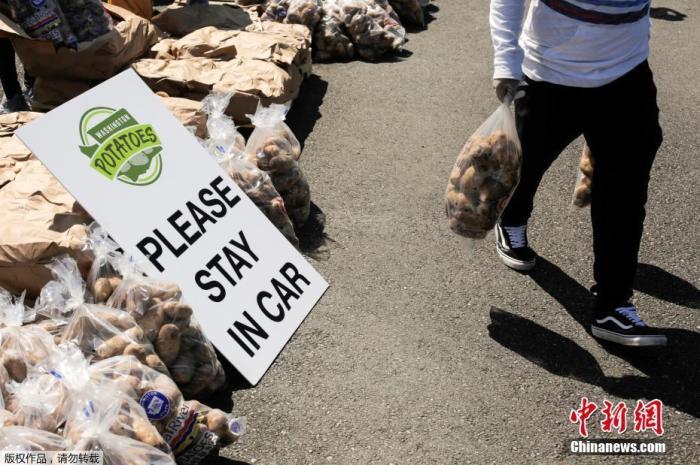 当地时间5月7日,美国华盛顿马铃薯委员会在奥本市组织了一项活动,志愿者们将装袋的土豆发放给民众。这些土豆因受疫情影响,供应链堵塞而面临滞销。