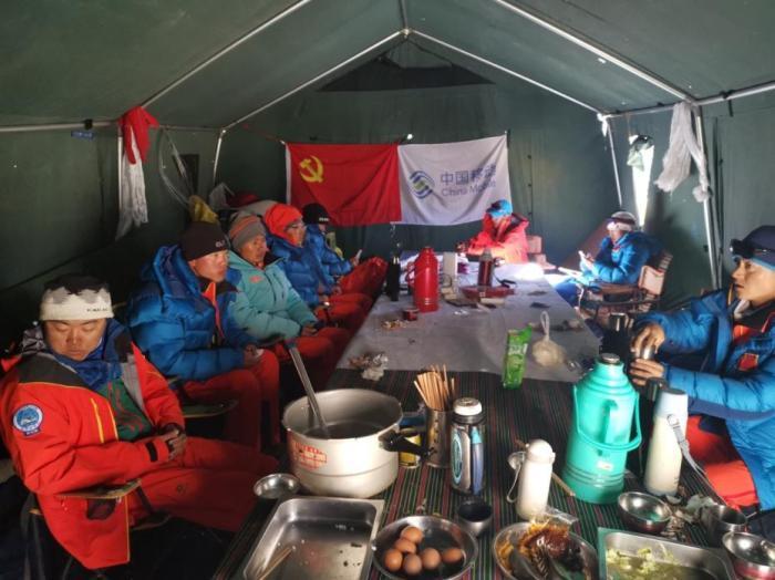 队员们在前进营地活动帐休息。文/史卫静 图/次落 图片来源:中国登山协会