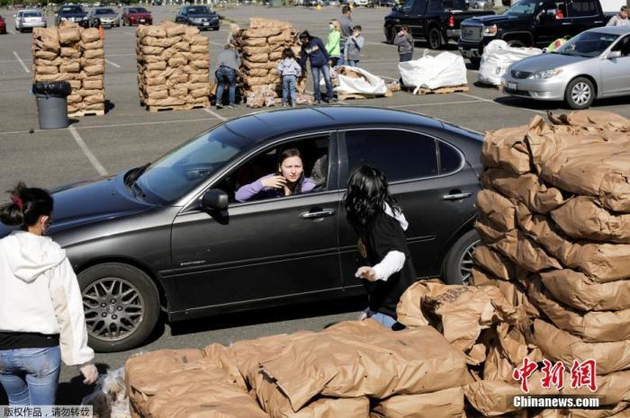 原料图:当地时间5月7日,美国华盛顿马铃薯委员会在奥本市构造了一项运动,自愿者们将装袋的土豆发放给民多。这些土豆因受疫情影响,供答链阻滞而面临滞销。