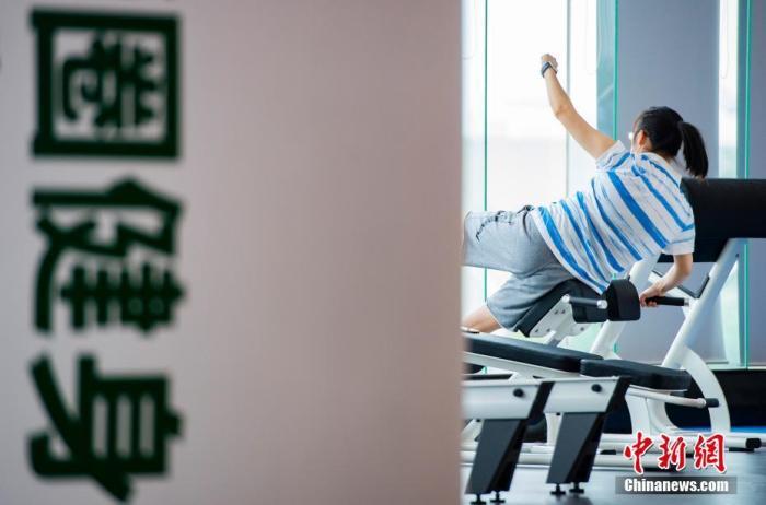 一位市民在北京市海淀区腾达大厦内的一家健身房内锻炼。新社记者 侯宇 摄