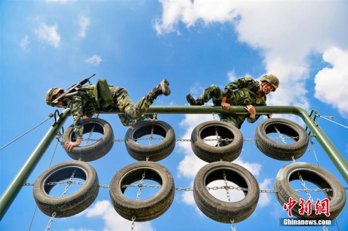 资料图:一武警部队夏季练兵。侯崇慧 摄