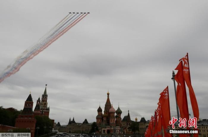 当地时间5月9日,俄罗斯举行纪念卫国战争胜利75周年空中阅兵仪式,战机飞过莫斯科红场,场面壮观。因受新冠疫情影响,传统的胜利日红场阅兵被迫推迟。