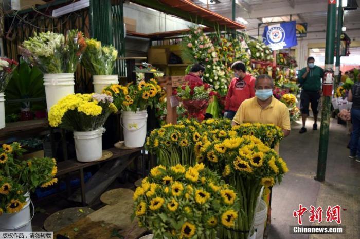 当地时间5月8日,美国加利福尼亚州洛杉矶市,当地部分商业开始恢复营业,母亲节即将到来人们在洛杉矶花区购物。