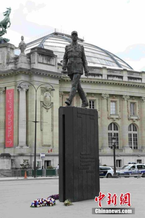 在香榭丽舍大街克雷蒙梭广场的戴高乐将军雕像前,摆放着法国总统马克龙敬献的花环。中新社记者 李洋 摄