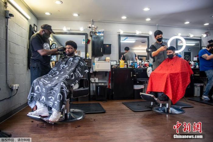 当地时间5月8日,美国德克萨斯州奥斯汀,当地部分商业开始恢复营业。图为当地理发店开始营业。