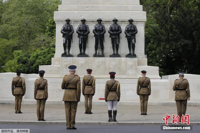 当地时间5月8日,英国伦敦圣詹姆斯公园举行的皇家骑兵卫队阅兵场上,士兵们在雕塑前默哀2分钟,以纪念二战胜利75周年。