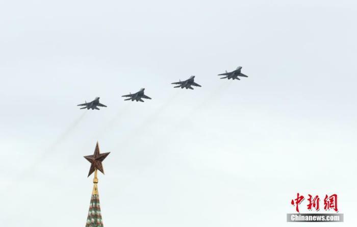 当地时间5月9日,莫斯科举行空中阅兵式,75架固定翼飞机和直升机参加。当日,俄罗斯多地举行空中阅兵式,庆祝卫国战争胜利75周年。 <a target='_blank' href='http://www.chinanews.com/'>中新社</a>记者 王修君 摄