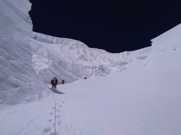 6名修路队员重新固定了铺设在北坳冰壁上的路绳。巴桑塔曲 摄 图文来源: 中国登山协会