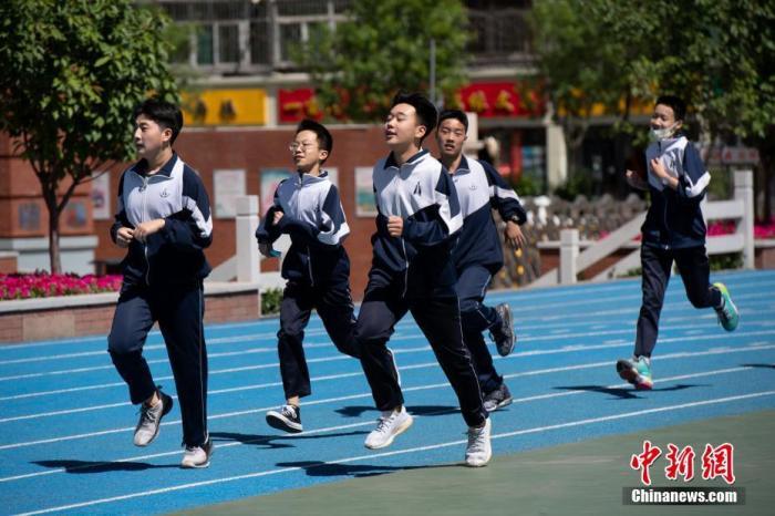资料图:5月11日,山西省太原市育英中学,返校复课的高一年级学生在操场上体育课。 中新社记者 韦亮 摄