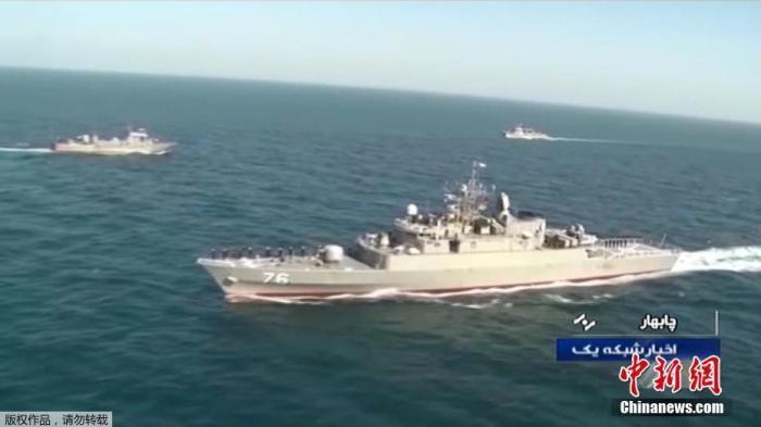 """据报道,伊朗军舰10日在阿曼湾参与演习时,被自家军舰错误发射的导弹意外击中。俄新社11日援引伊朗塔斯尼姆新闻社报道称,演习中,伊朗""""贾马兰""""号驱逐舰发射导弹,将同样隶属于伊朗海军的""""科纳拉克""""号军舰击沉。资料图为""""贾马兰""""号在军演中。"""