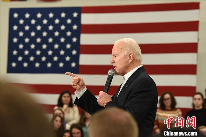 当地时间2月29日,美国民主党总统竞选人拜登赢得2020年大选第四站——南卡罗来纳州初选。77岁的前副总统有望借这场关键胜利扭转颓势。资料图为当地时间2月2日,拜登在艾奥瓦州举行造势。lt;a target='_blank' href='http://www.chinanews.com/'gt;郑州资讯lt;/agt;记者 陈孟统 摄