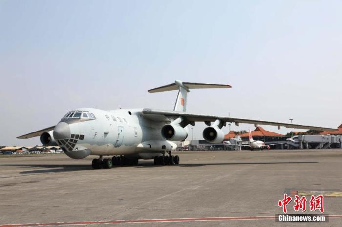 5月12日下午,一架运载中国国防部捐赠给印尼国防部、印尼国民军防疫物资的中国军机抵达雅加达国际机场。图为中国军机驶入雅加达国际机场停机坪。 林永传 摄