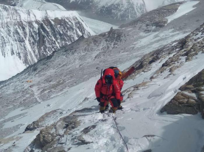 5月12日9时,西藏拉萨喜马拉雅登山向导学校的7名修路队员边巴扎西、多吉次仁、顿巴、旦增罗布、旦吉、阿旺扎西、达瓦桑布从海拔8300的突击营地出发,15时抵达海拔8600米的第一台阶,并将登山路线修至此处。图为修路队员前往海拔8600米途中。文/图 史卫静 顿巴 图片来源:中国登山协会