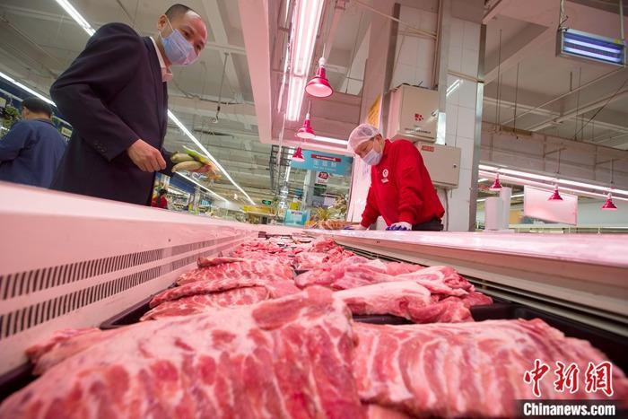 资料图:山西省太原市一超市,消费者正在选购猪肉。 <a target='_blank' href='http://www.chinanews.com/'>中新社</a>记者 张云 摄