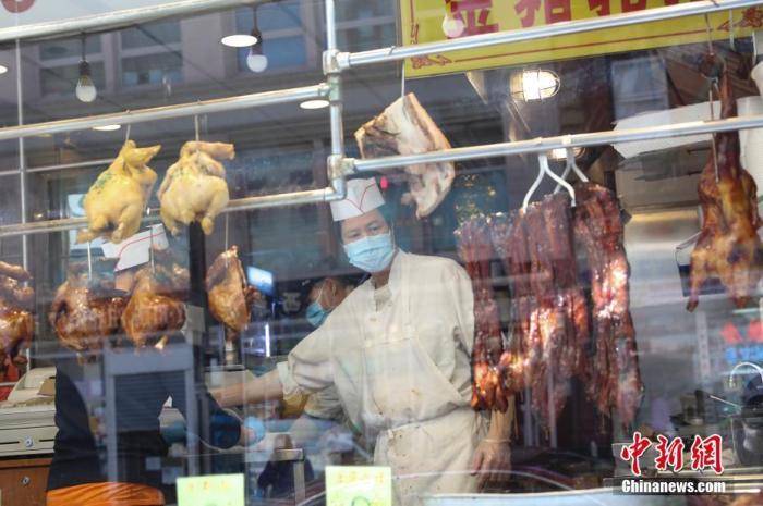 当地时间5月12日,纽约曼哈顿唐人街,一家恢复营业的烧腊店为人们提供外卖服务。/p中新社记者 廖攀 摄