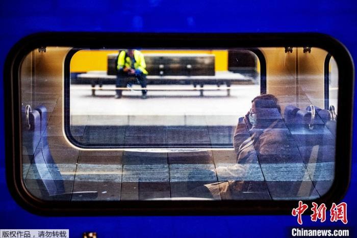 資料圖為疫情下荷蘭列車上的乘客。