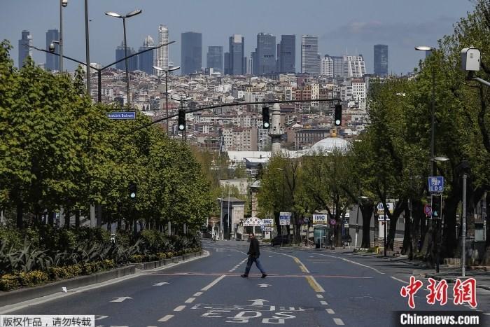 资料图为疫情下的土耳其街头。
