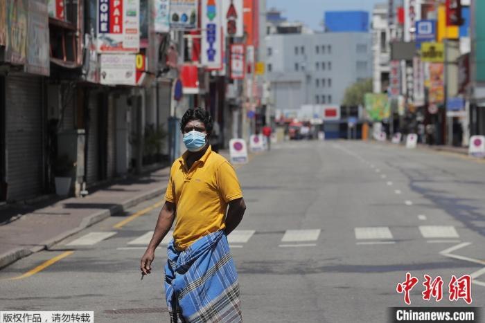 原料图为疫情下的斯里兰卡街头。