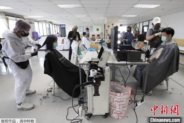 资料图为疫情下的泰国理发店。