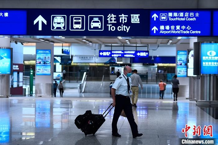 5月15日,香港特区政府卫生署卫生防护中心通报,香港新增1宗新冠肺炎确诊个案,累计确诊个案增至1052宗。患者是一名法籍的私人飞机师,曾于3月初到过美国及法国,3月15日由伦敦返港。图为香港国际机场,往日有不同的机组人员返回香港。 <a target='_blank' href='http://www.chinanews.com/'>中新社</a>记者 李志华 摄