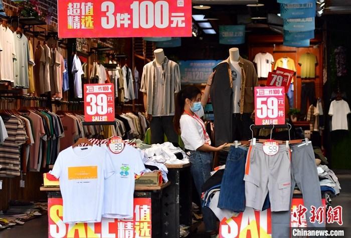 5月15日,福建福州,商店工作人员整理打折促销商品。当日,中国国家统计局公布数据显示,4月份,中国社会消费品零售总额28178亿元人民币,同比下降7.5%(扣除价格因素实际下降9.1%)。 <a target='_blank' href='http://www.chinanews.com/'>中新社</a>记者 张斌 摄