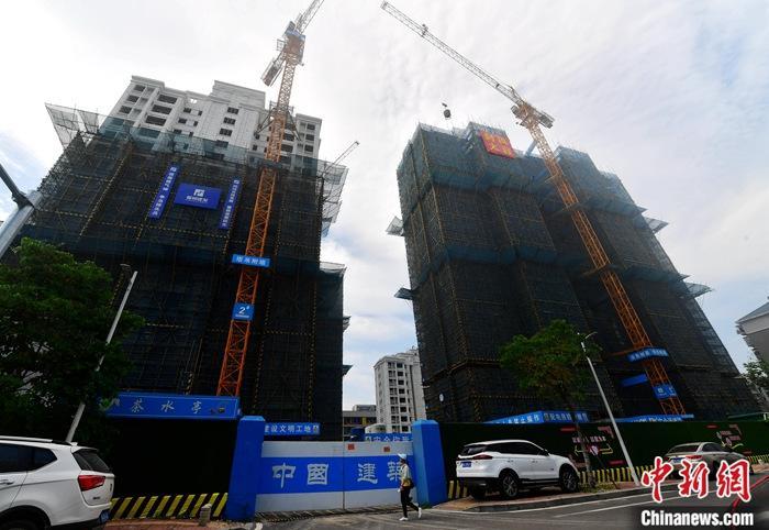 5月15日,福建福州,一处开发建设中的房地产楼盘。当日,中国国家统计局公布数据显示,今年前4个月,全国固定资产投资(不含农户)136824亿元人民币,同比下降10.3%,降幅比首季度收窄5.8个百分点。 /p中新社记者 张斌 摄