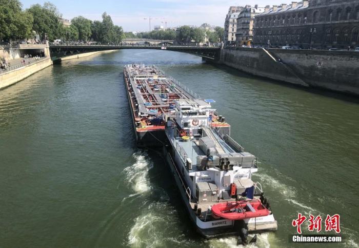 """当地时间5月16日,法国迎来""""解封""""后的首个周末,有船只在塞纳河上驶过。法国官方当天警告新冠病毒仍然存在,仍有人继续被感染,民众需要继续保持谨慎。/p中新社记者 李洋 摄"""