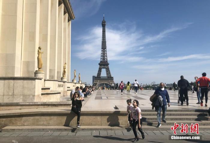 """當地時間5月16日,法國迎來""""解封""""后的首個周末,埃菲爾鐵塔吸引民眾前來。法國官方當天警告新冠病毒仍然存在,仍有人繼續被感染,民眾需要繼續保持謹慎。<a target='_blank' href='http://www.sj246.cn/'>中新社</a>記者 李洋 攝"""
