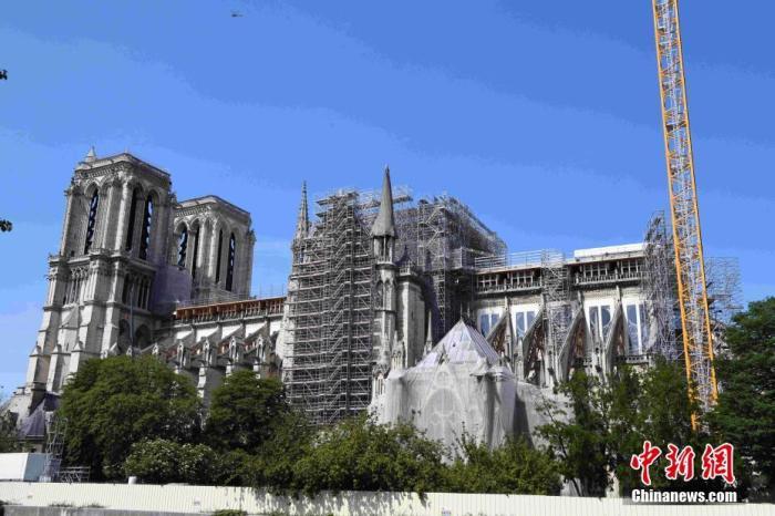 """当地时间5月16日,法国迎来""""解封""""后的首个周末,巴黎圣母院仍在修复中。法国官方当天警告新冠病毒仍然存在,仍有人继续被感染,民众需要继续保持谨慎。/p中新社记者 李洋 摄"""