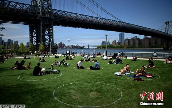 内地时间5月17日,美国纽约布鲁克林区,公众在多米诺公园的白色圆圈里享受周末年华。
