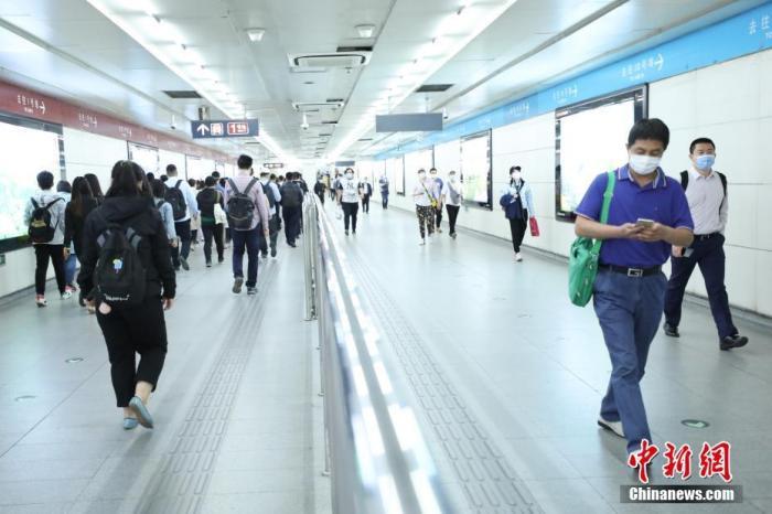 5月18日,北京地铁国贸站,市民行走在换乘通道上。当日起,北京进一步调整公共交通满载率控制指标。其中,地面公交由75%上调至90%,轨道交通由65%上调至80%。 <a target='_blank' href='http://www.chinanews.com/'>中新社</a>记者 蒋启明 摄
