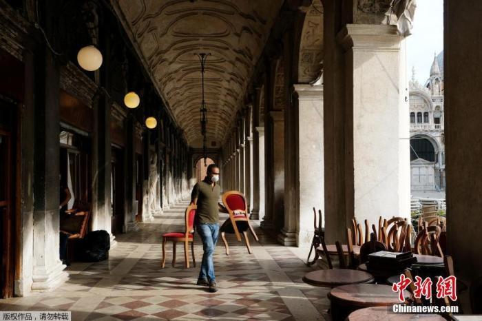 资料图:当地时间5月18日,意大利威尼斯圣马可广场一家餐厅在为重新开放做准备。