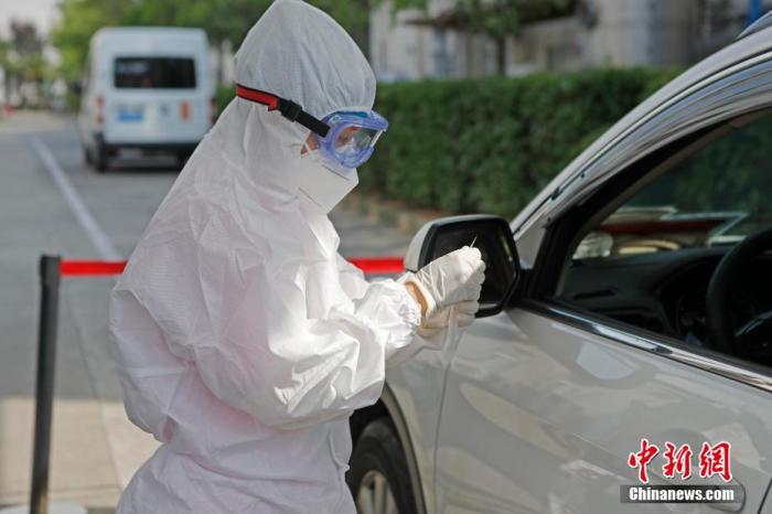 车辆行驶者正在等待核酸检测。 殷立勤 摄
