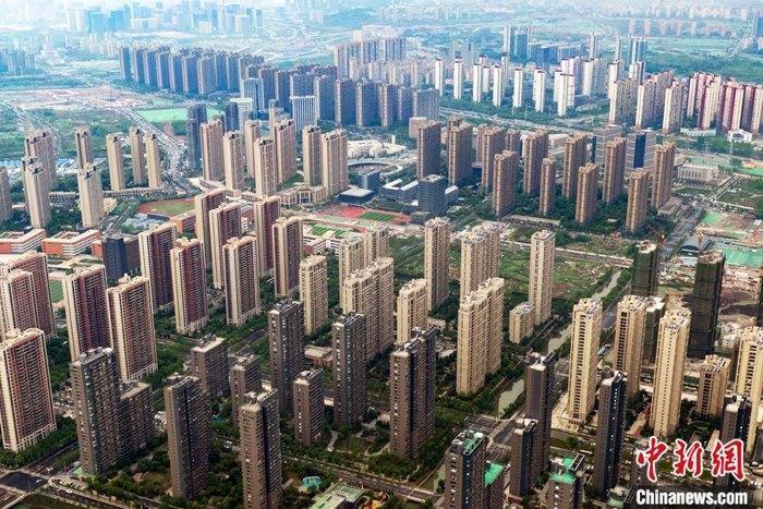 5月18日,中国国家统计局在北(京)公(布)4(月)份商(品)住宅销售价(格)(变)动(情)况统计数据。数据显(示),4月(份),中(国)70个(大)中(城)市中,50(个)城市新(建)商品(住)宅价格(环)比上涨,9个城市持平,11个城市环比下(跌)。(新)(房)(价)格环比(上)涨(的)城市个(数)超过七成,较上(月)增加12个。(对)比历(史)数据,4月份70个城市中,新房价格环比上涨的城市数量(50个)已经恢复至(去)(年)12月(份)的水(平)。(资)料图(为)4月17日,航拍南(京)(雨)花(台)区一处(楼)盘。 中(新)社记者 (泱)波 (摄)