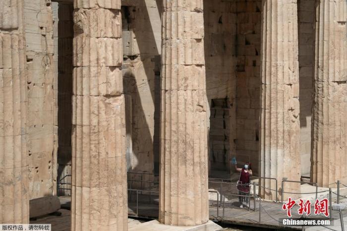 当地时间5月18日,希腊雅典,雅典卫城向公多盛开,吸引游客参不益看,当天希腊露天考古遗址和各类主题公园当天首恢复盛开。