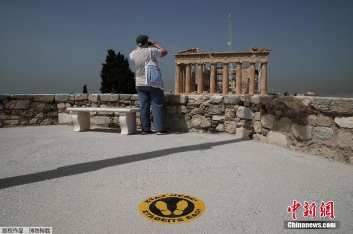 资料图:内地时间5月18日,希腊雅典,雅典卫城向公家开放,吸引旅客旅行,当天希腊露天考古遗址和种种主题公园当天起规复开放。
