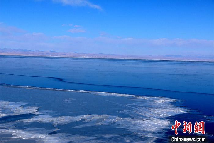 中国内陆最大咸水湖进入封冻期 前期气温高致封冻期推迟