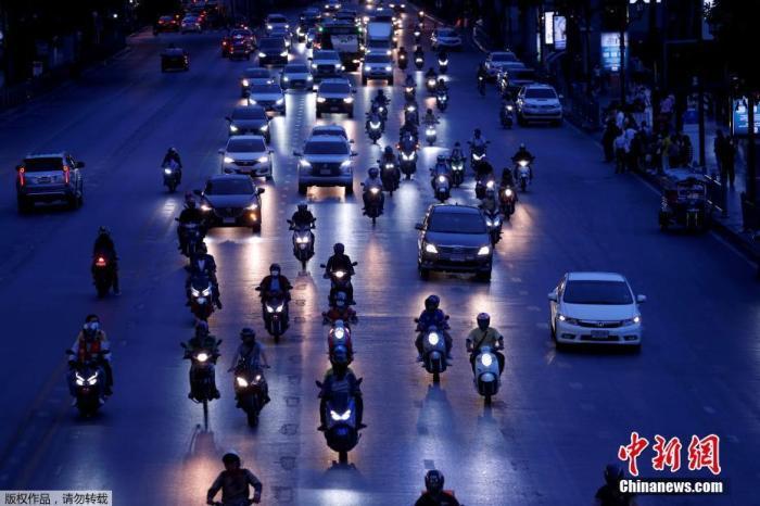 当地时间5月18日,泰国曼谷,泰国政府放松隔离措施后,当地晚高峰交通出现明显堵车现象。