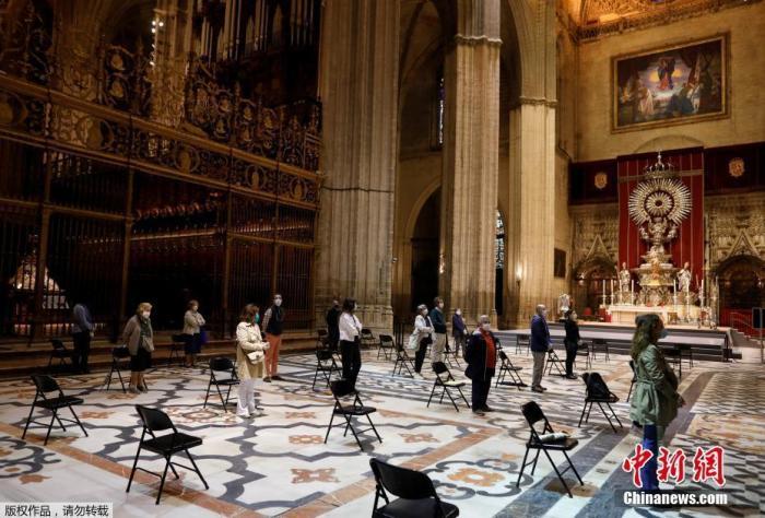 当地时间5月11日,西班牙塞维利亚,人们在教堂参加弥撒。