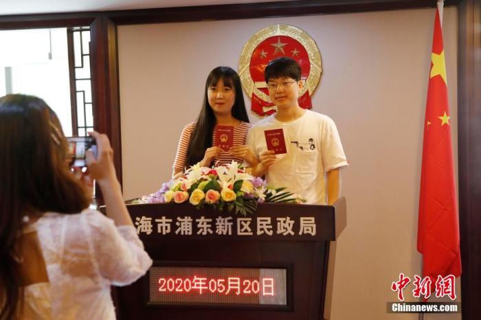 民政部门探索将颁证仪式引入结婚登记流程并实现颁证常态化