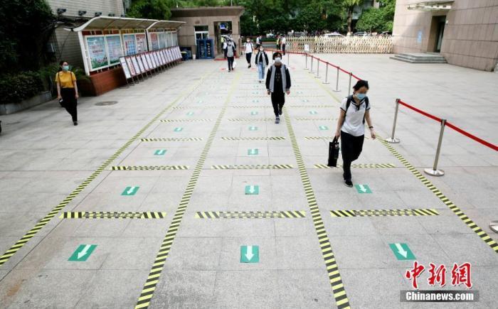 5月20日,武汉初三学生返校复课。中新社记者 张畅 摄