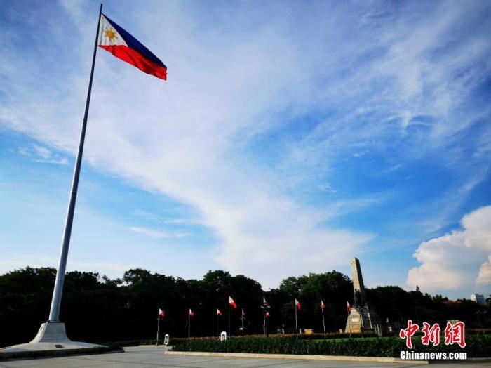 """当地时间5月20日,菲律宾首都大马尼拉地区""""改良性强化社区隔离(MECQ)""""成""""新常态"""",许多行业尚未完全解封。图为著名的黎刹广场尚未向公众开放。 中新社记者 关向东 摄"""