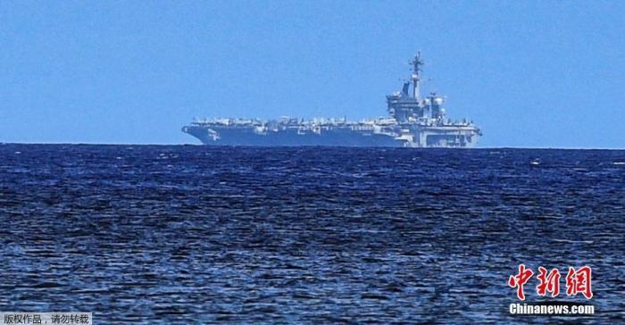 """当地时间5月21日,美国""""罗斯福""""号航母出现在阿加特湾的地平线上。据报道,美国海军宣布,因暴发新冠肺炎疫情停靠在关岛近两个月后,""""罗斯福""""号航空母舰于5月20日首次出海。"""