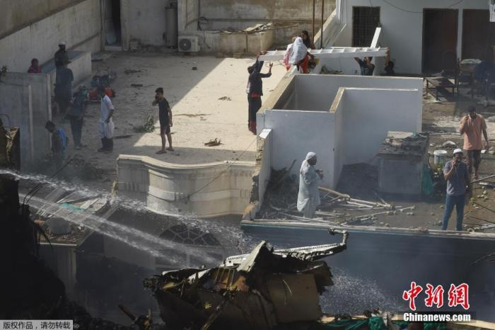 巴基斯坦客机居民区坠毁:有乘客幸存 造成地面人员伤亡