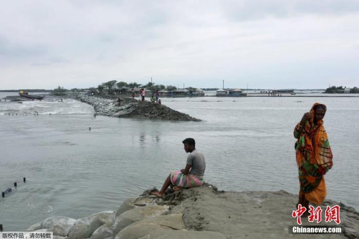 """当地时间5月21日,孟加拉国萨特赫拉,气旋风暴""""安攀""""登陆,堤防被毁,沿海地区被洪水淹没。"""