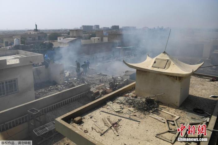 当地时间5月22日,巴基斯坦国际航空公司(PIA)一架拉合尔飞往卡拉奇的PK8303客机在该国南部卡拉奇市郊居民区坠毁。据报道,巴基斯坦卡拉奇市长称,坠毁客机上的107名乘客和机组人员无一生还。图为飞机坠毁现场,部分建筑物受损严重。