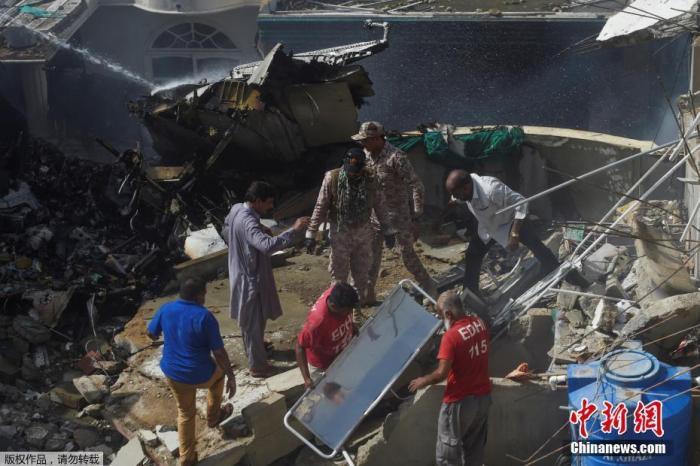 当地时间5月22日,巴基斯坦国际航空公司(PIA)一架拉合尔飞往卡拉奇的PK8303客机在该国南部卡拉奇市郊居民区坠毁。