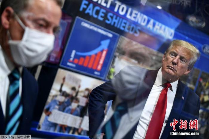 当地时间5月21日,美国总统特朗普在密歇根州福特工厂视察时被媒体拍到仍未佩戴口罩,而此前,不管是福特公司还是该州官员都提出了希望他戴口罩的要求。