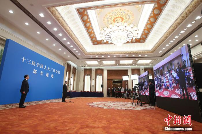 """5月22日,第十三届全国人民代表大会第三次会议在北京人民大会堂举行首场""""部长通道""""采访活动。图为国家发展和改革委员会主任何立峰通过网络视频方式接受采访。 <a target='_blank' href='http://soyew.com/'>中新社</a>记者 韩海丹 摄"""